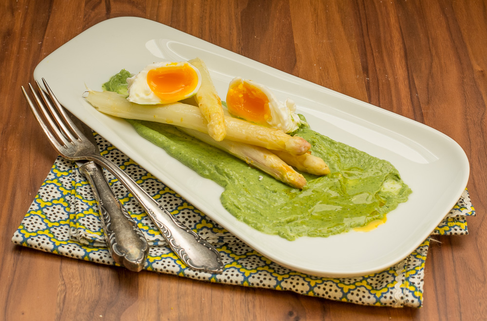 Spargel mit grüner Sauce und pochiertem Ei
